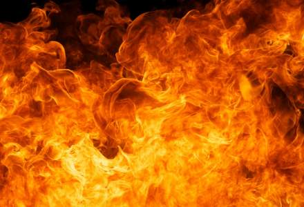 La locul incendiului de la Bamboo au mai ramas duminica doua autospeciale de stingere, inca nu e sigur accesul in interior