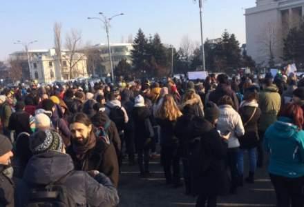 Peste 1.500 de oameni protesteaza in Piata Victoriei, cerand demisia Guvernului. Numarul manifestantilor este in crestere