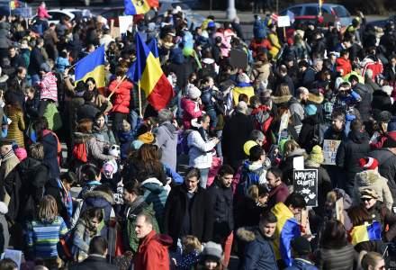 A cincea zi de proteste: dupa Protestul Copiilor, manifestantii au pornit spre Parlament, unde au facut un lant uman in jurul lui
