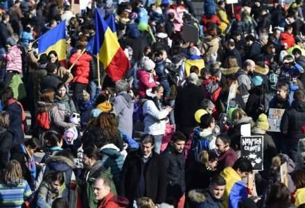 "Zeci de studenti din Cluj au ajuns in Gara de Nord; prima oprire a fost la DNA: ""Dragnea, nu uita, te asteapta Laura"""