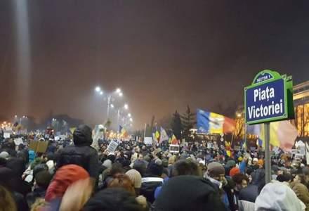 Peste 200.000 de protestatari in Piata Victoriei. Manifestantii au aprins la ora 21.00 telefoane, lanterne si brichete
