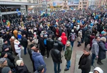 A doua zi de proteste in fata Palatului Cotroceni. Aproximativ 200 de oameni cer demisia presedintelui Iohannis