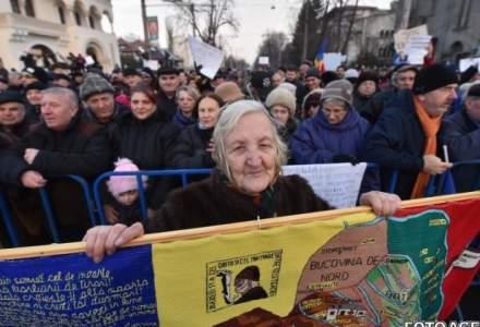A treia zi de proteste in fata Palatului Cotroceni. Aproximativ 150 de oameni cer demisia presedintelui Iohannis