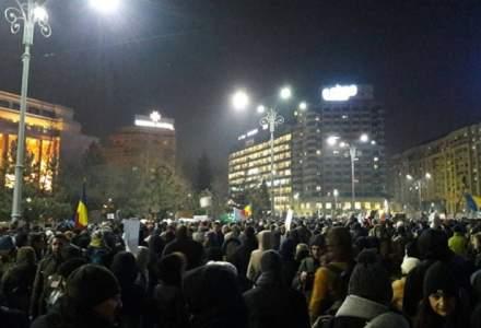 Mii de oameni protesteaza, pentru a zecea seara consecutiv, in Bucuresti si mai multe orase din tara