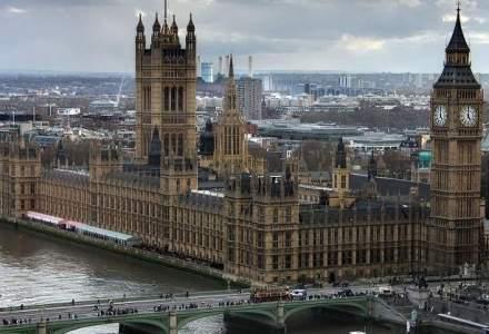 Atac armat la Londra: Theresa May a fost evacuata de urgenta din Parlament. Ultimul bilant: 4 morti si 20 de raniti, inclusiv romani