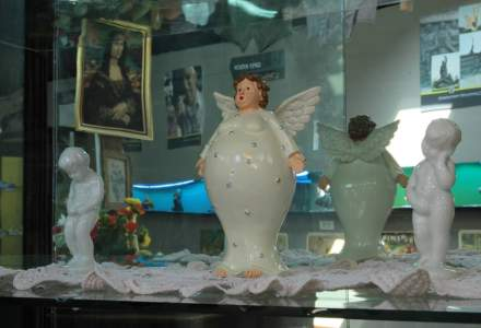 Muzeul kitsch-ului s-a deschis in Bucuresti: carpeta Rapirea din Serai, pestele din cristal, mileuri, printre exponate