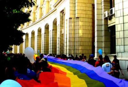 """Peste 500 de persoane la """"Marsul Diversitatii"""": Au plecat pe ploaie spre Piata Victoriei, sustinuti de ambasadorul SUA"""