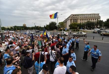 Protest in Piata Victoriei si mars spre Palatul Parlamentului: peste 500 de persoane scandeaza impotriva coruptiei si a Guvernului PSD