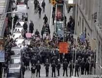 AMERICA FIERBE: Mii de oameni...