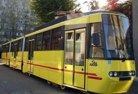 Un tramvai a luat foc in zona AFI Cotroceni din Capitala. Cinci persoane au ajuns la spital