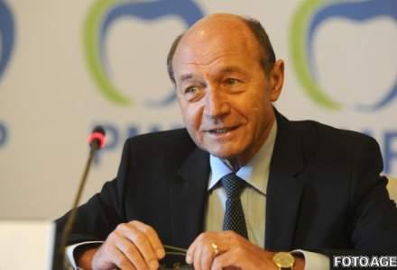 """Traian Basescu: Sunt interese ale unor partide si banci sa nu trecem la moneda euro. Daca s-ar intampla, doctor Isarescu nu ar mai da """"lectii docte"""""""