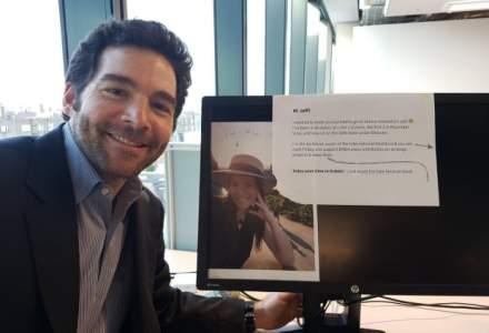Atentia la detalii face diferenta: CEO-ul LinkedIn a facut un selfie la biroul unui angajat si a ajuns viral