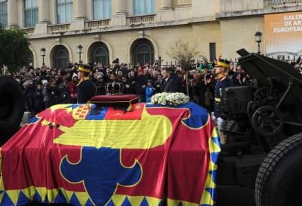 Funeraliile Regelui Mihai: Trenul Regal in care se afla sicriul a pornit spre Curtea de Arges