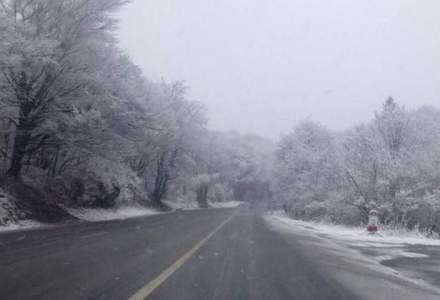 Circulatie intrerupta pe mai multe drumuri nationale. 37 de trenuri au fost anulate din cauza conditiilor meteo