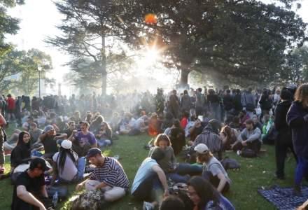 """Sute de canadieni au profitat de ziua asa-numita """"4/20"""" pentru a fuma un joint inainte de legalizarea canabisului"""