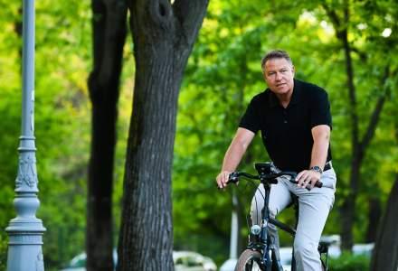 """Klaus Iohannis a iesit la plimbare cu bicicleta prin Herestrau: """"Traficul din Bucuresti este infernal"""""""