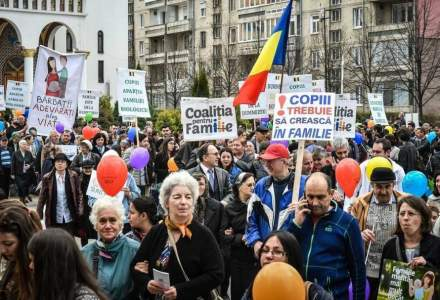 Romania, tara fumigenelor: alergam dupa can-can, tara arde cu noi in ea