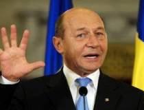Basescu ridica mingea la...