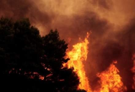 Incendiu la o casa din Bucuresti, extins la un bloc. Cinci persoane au avut nevoie de primul ajutor