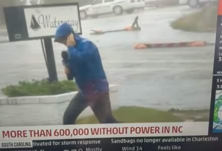 VIDEO. Reporterul din imagini incearca sa dramatizeze proportiile Uraganului Florence. Doi trecatori il dau de gol