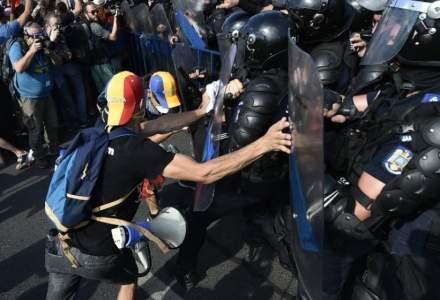 Unul dintre protestatarii care a lovit femeia jandarm pe 10 august, retinut de procurori