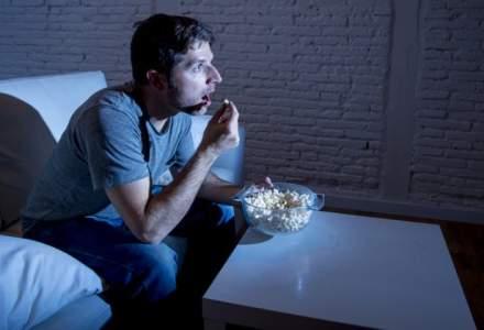 """Un tanar de 26 de ani s-a dus de buna voie la doctor din cauza ca se uita prea mult la Netflix: cate ore """"consuma"""" zilnic in online!"""