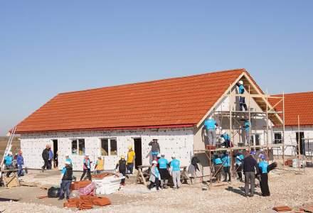 Big Build 2018. Reportaj de pe santierul unde sute de voluntari construiesc case pentru opt familii care au nevoie