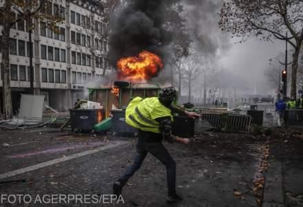 """Protestul """"vestelor galbene"""": Parisul s-a transformat in zona de lupta in al treilea weekend de manifestari, cu zeci de raniti si retinuti"""
