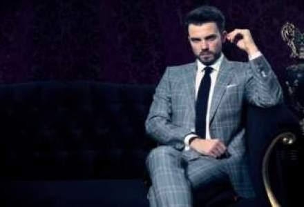 Un economist si un jurnalist invata barbatii sa se imbrace bine
