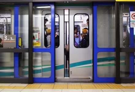 Metrorex monteaza panouri de siguranta pentru bucurestenii nerabdatori sa calatoreasca