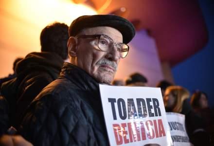 Actorii Teatrului National Bucuresti au protestat duminica in fata institutiei. Mii de oameni au protestat in tara fata de OUG 7