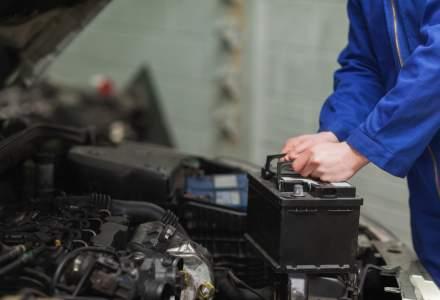 Cum sa schimbi singur acumulatorul masinii: niciodata nu scoate intai borna (+)