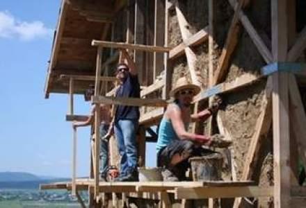 """O casa ecologica din Romania, in topul celor mai reusite locuinte """"cob"""" din lume"""