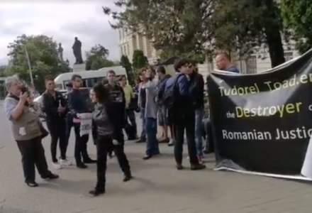Protest impotriva lui Tudorel Toader in fata Universitatii Alexandru Ioan Cuza din Iasi. Oamenii ii cer demisia din functia de rector