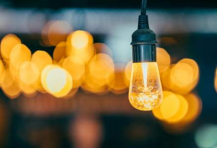 La lumina lumanarii: romanii au stat aproape sapte ore fara curent electric in 2018