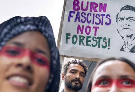 Amazon: In fata presiunii globale, presedintele Jair Bolsonaro ia in calcul trimiterea armatei pentru a stinge incendiile