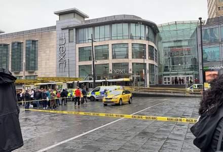 Cinci persoane au fost injunghiate, vineri, in centrul comercial Arndale, din Manchester