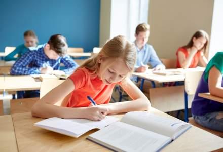 ISMB: Elevii de clasa a VII-a nu au in continuare manuale la Matematica, Chimie si Istorie; sunt contestatii la licitatii