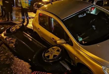 [FOTO] Bucuresti, 2019: Doua masini cazute intr-o groapa RADET