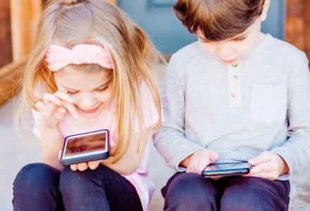 Studiu: Mai mult de un sfert dintre copiii romani petrec peste 6 ore in online, intr-o zi cu scoala