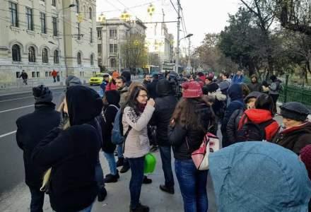 Protest cu ligheane in fata Primariei Bucuresti: Firea, vrem apa calda!