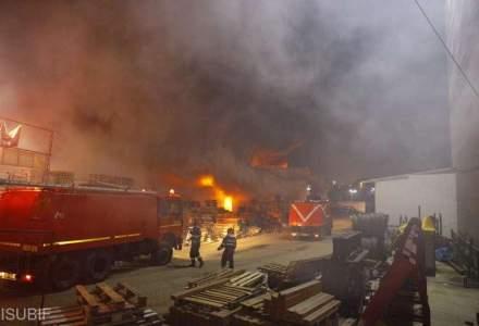 INCENDIU de proportii in Bucuresti. Degajari mari de fum toxic