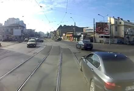 Tramvai vs BMW: dosar penal pentru distrugere in cazul vatmanului care a impins o masina cu tramvaiul