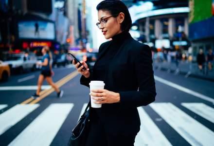 Sondaj: 4 din 10 romani se uita in telefon cand traverseaza strada