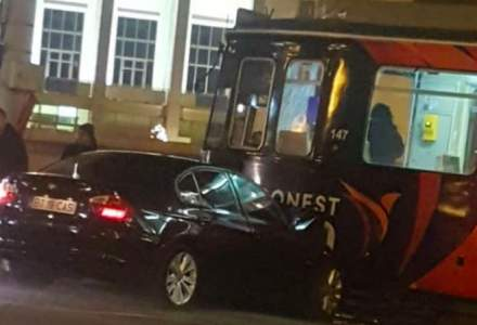 Un BMW s-a infipt intr-un tramvai, la Iasi