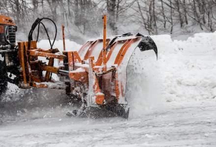 Video viral: Utilaj de deszapezire filmat pe Autostrada Sudului cum arunca zapada de pe un sens pe altul