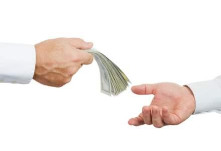 Managerii de bani raspund: de ce un roman si-ar da economiile pe mana lor?