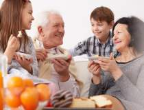 Bani pentru bunicii care isi...