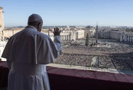 Papa Francisc a apărut pentru prima oară în public, după spculaţiile legate de îmbolnăvirea sa cu coronavirus