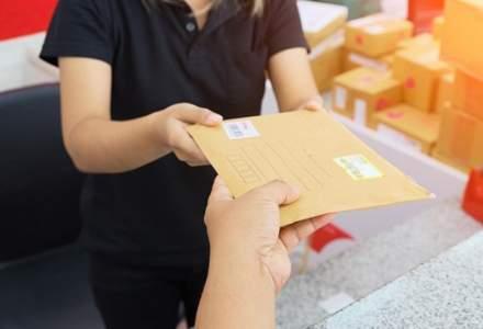 Pensiile și alocațiile suspecților de coronavirus, livrate de poștași dotați cu echipament de protecție